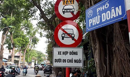 Cảnh sát giao thông dừng nhiều xe Grab, Uber đi vào phố cấm - ảnh 2