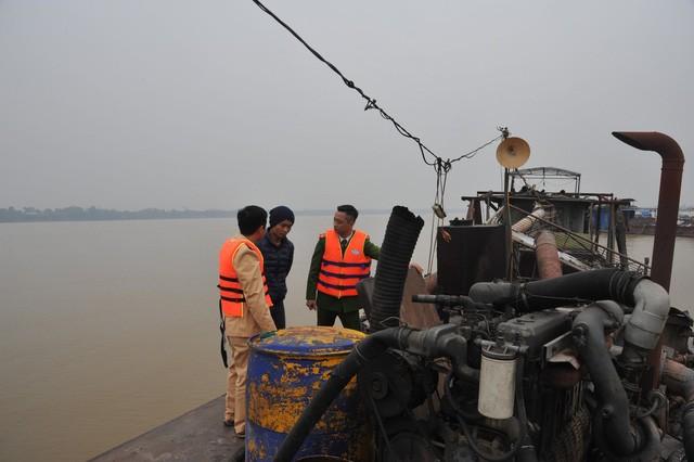 """Hà Nội: Bắt quả tang 4 tàu """"cát tặc"""" trên sông Hồng - ảnh 1"""