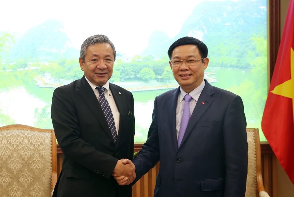 Phó Thủ tướng Vương Đình Huệ và Phó Chủ tịch Tập đoàn Misubishi Motors Kozo Shiraji - Ảnh: VGP