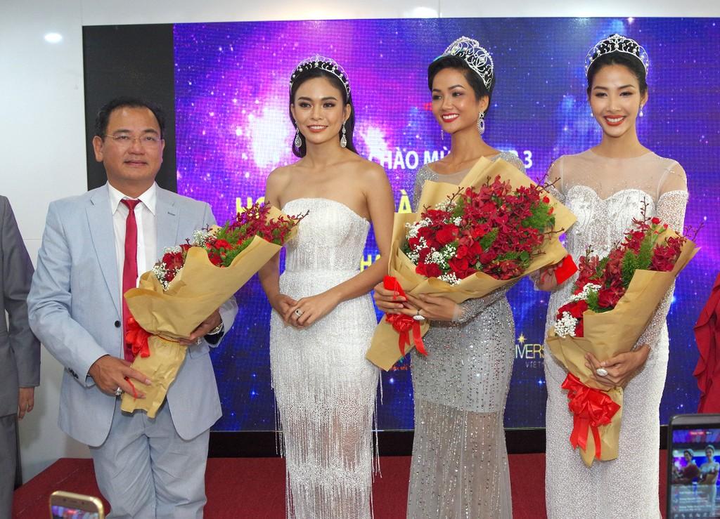 Ông Từ Văn Phước, Chủ tịch HĐQT Việt Úc Group tặng hoa cho Top 3 Hoa hậu Hoàn vũ Việt Nam 2017.