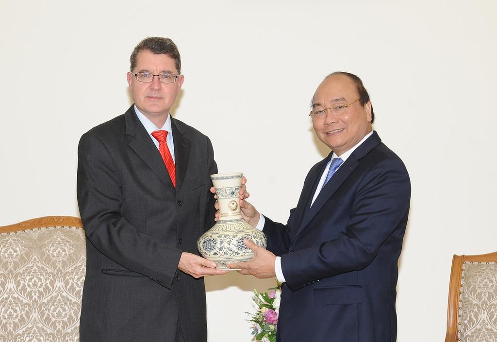 Thủ tướng Nguyễn Xuân Phúc tặng quà kỷ niệm cho Đại sứ Áo Thomas Schuller Gotzburg. Ảnh: VGP
