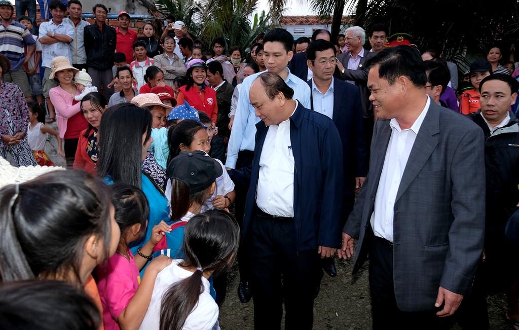 Thủ tướng thăm hỏi bà con xã An Phú, thành phố Tuy Hòa - Ảnh: VGP