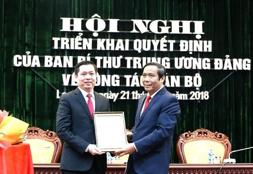 Đồng chí Nguyễn Thanh Bình, Ủy viên Trung ương Đảng, Phó Trưởng ban Thường trực Ban Tổ chức Trung ương trao Quyết định cho đồng chí Nguyễn Long Hải.