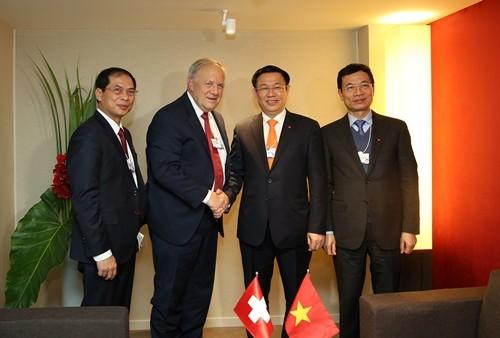 Phó thủ tướng Vương Đình Huệ tiếp Ủy viên Hội đồng Thụy Sĩ - Johann Ammann. Ảnh: VGP
