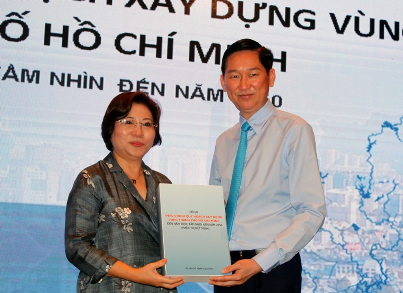 Thứ trưởng Bộ Xây dựng Phan Thị Mỹ Linh trao hồ sơ điều chỉnh quy hoạch vùng TPHCM cho Phó Chủ tịch UBND TPHCM Trần Vĩnh Tuyến. Ảnh: VGP