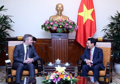 Phó Thủ tướng Phạm Bình Minh tiếp Quốc vụ khanh Bộ Châu Âu và Ngoại giao Pháp Baptiste Lemoyne. Ảnh: VGP