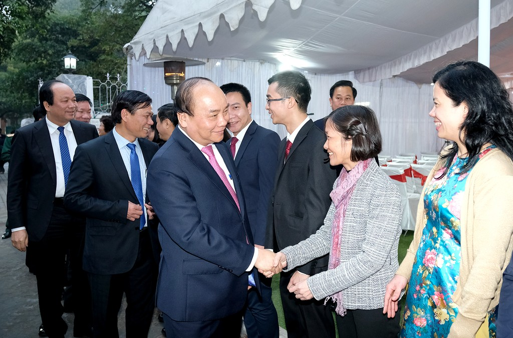 Thủ tướng và Đoàn công tác đến thăm Đại sứ quán Việt Nam tại Ấn Độ. Ảnh: VGP