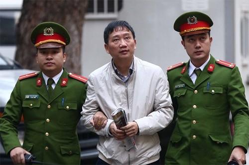 Bị cáo Trịnh Xuân Thanh bị áp giải vào phòng xử án. Ảnh: TTXVN