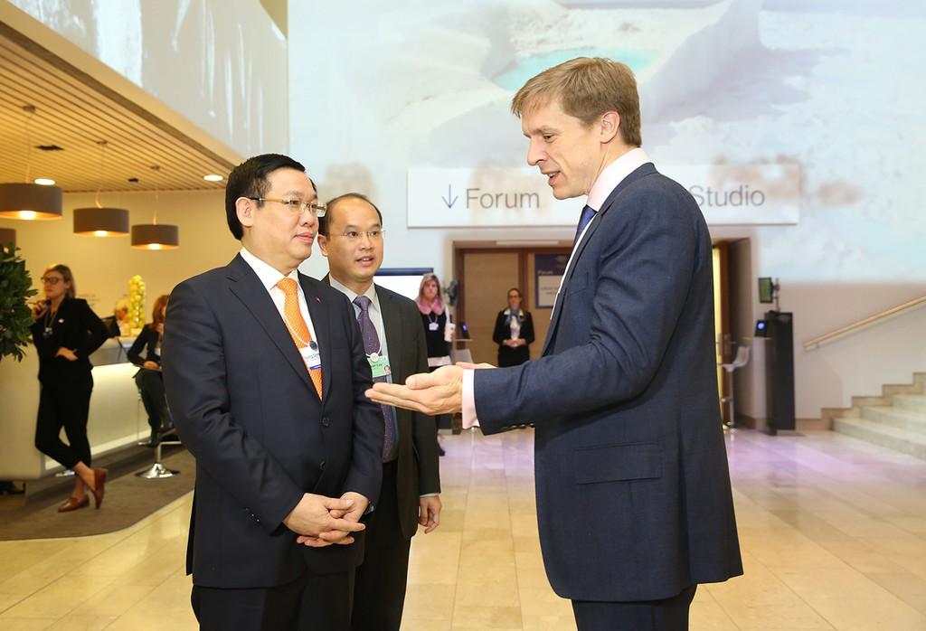 Phó Thủ tướng Vương Đình Huệ trao đổi với đại diện WEF. Ảnh: VGP