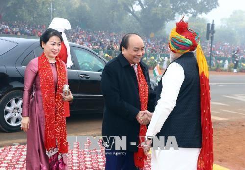 Thủ tướng Ấn Độ Narendra Modi đón Thủ tướng Nguyễn Xuân Phúc và Phu nhân đến dự buổi lễ. Ảnh: TTXVN