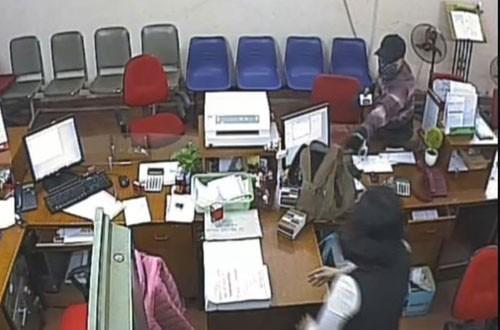 Kẻ cướp 1,1 tỷ đồng của Agribank bị khởi tố - ảnh 1