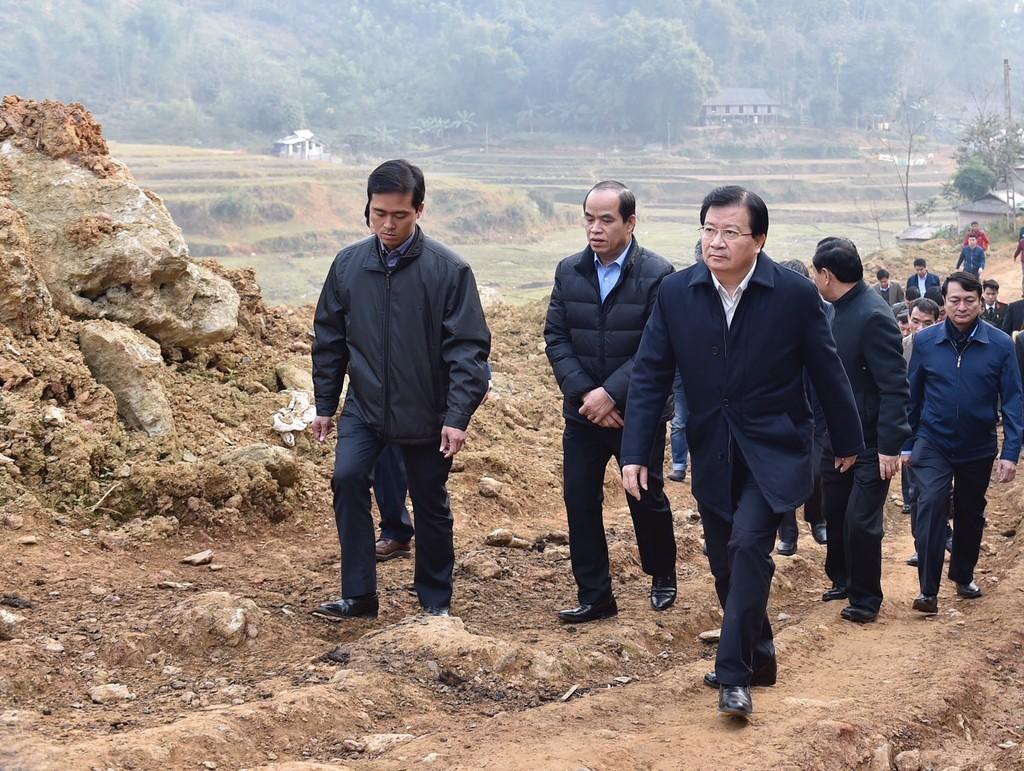 Phó Thủ tướng thị sát khu vực sạt lở tại xóm Khanh, xã Phú Cường, huyện Tân Lạc. Ảnh: VGP