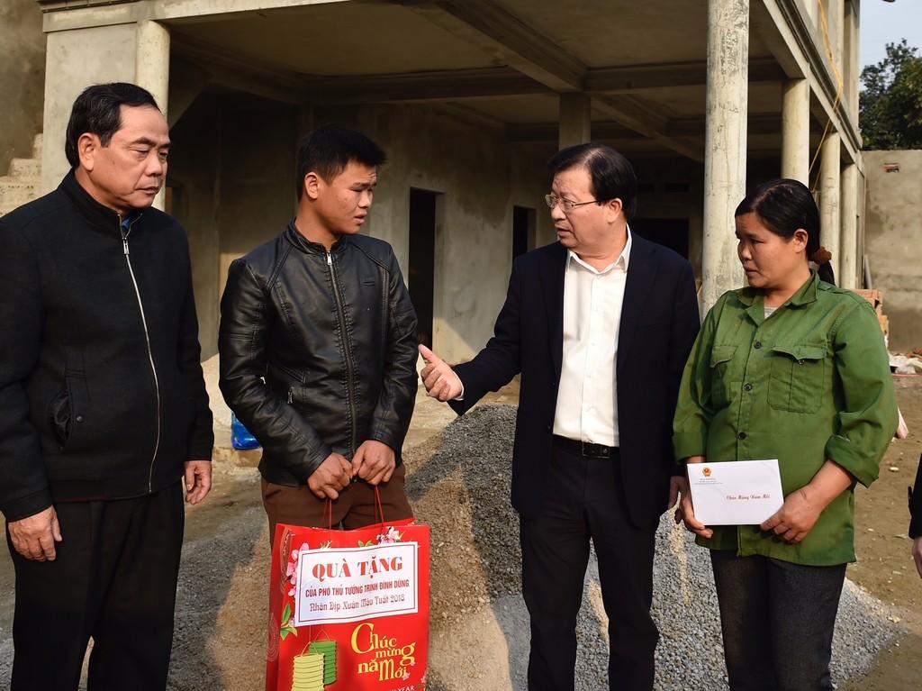Phó Thủ tướng trở lại thăm người dân vùng bị sạt lở đất huyện Tân Lạc, Hòa Bình - ảnh 2