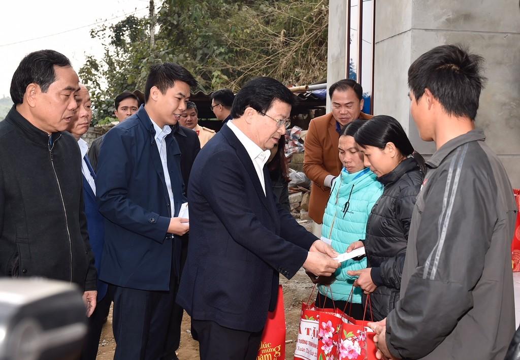 Phó Thủ tướng trở lại thăm người dân vùng bị sạt lở đất huyện Tân Lạc, Hòa Bình - ảnh 3
