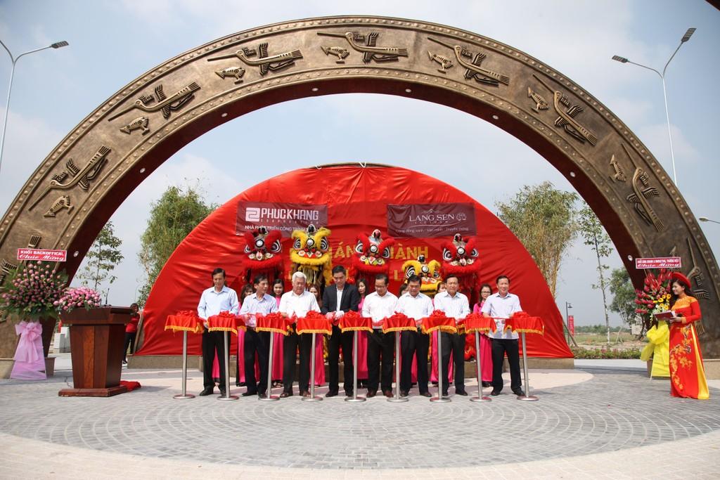 Ông Trần Tam, Chủ tịch HĐQT Phuc Khang Corporation cùng các lãnh đạo tỉnh Long An cắt băng khánh thành Quảng trường Lạc Việt.