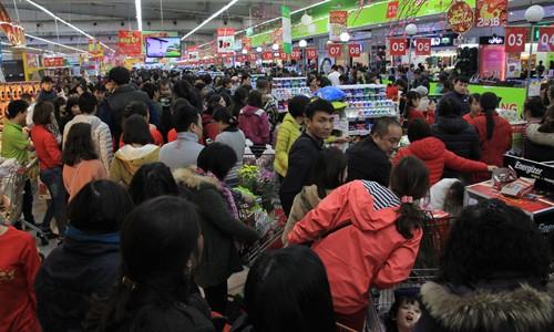 Các siêu thị đều phải tăng quầy thanh toán nhưng khách vẫn phải xếp hàng chờ đợi khá lâu.
