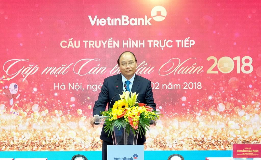 Thủ tướng Nguyễn Xuân Phúc nói chuyện với cán bộ, người lao động Vietinbank. Ảnh: VGP