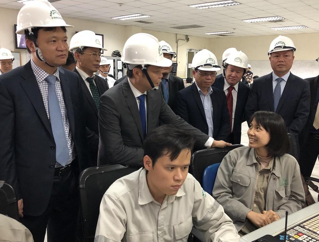Bộ trưởng Bộ Công Thương Trần Tuấn Anh thăm hỏi, động viên công nhân Nhà máy đạm Ninh Bình. Ảnh: VGP