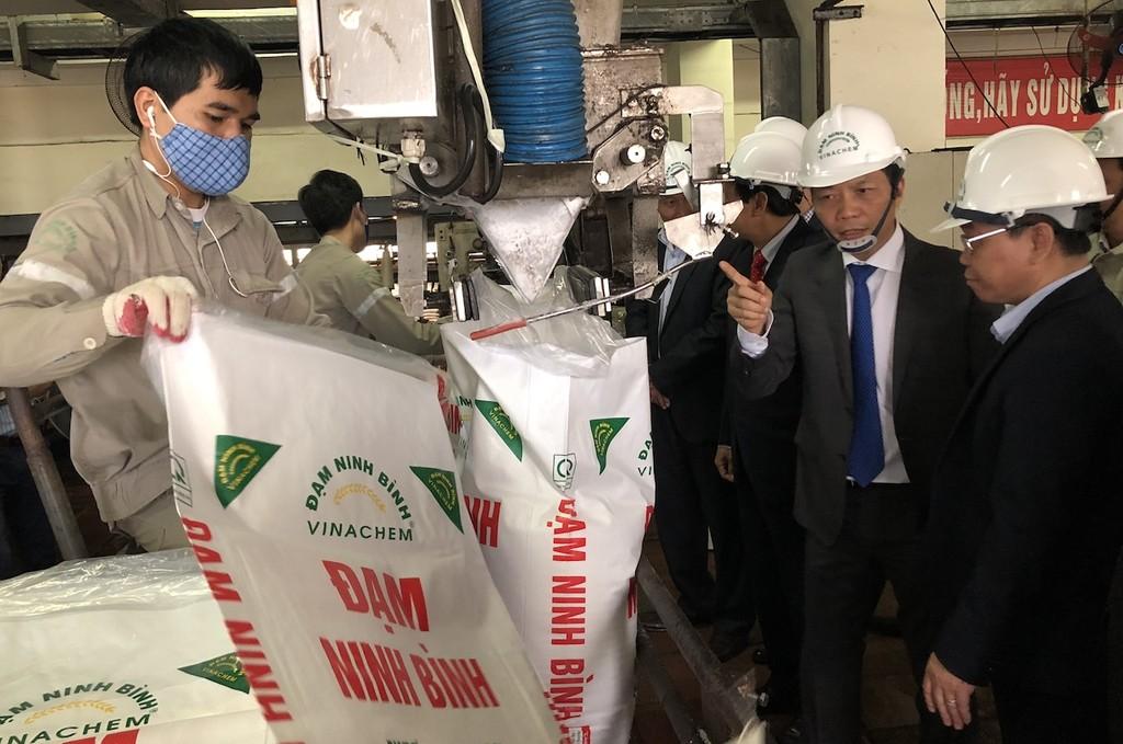 Nhà máy đạm Ninh Bình: Tự cứu mình bằng chất lượng, sản lượng - ảnh 1