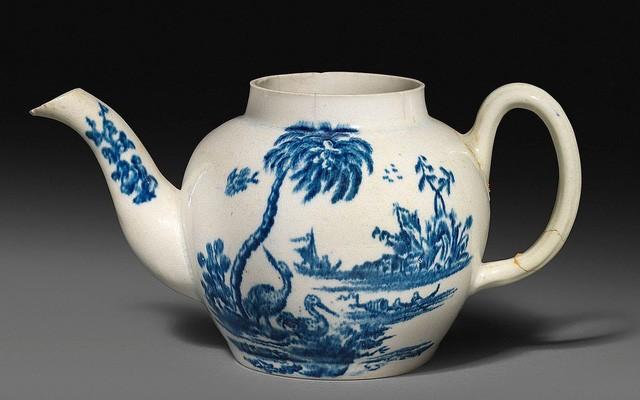Chiếc ấm trà mất nắp và tay cầm đã vỡ, phải gắn lại này có giá hơn 18 tỷ đồng. (Nguồn: WOOLLEY AND WALLIS/BNPS )