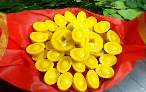"""Bánh đậu xanh thỏi vàng đang """"cháy"""" hàng trước ngày vía Thần Tài."""