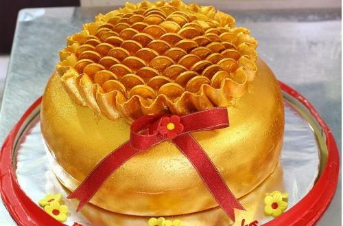 Bánh hình thỏi vàng đắt khách trước ngày vía Thần Tài - ảnh 1