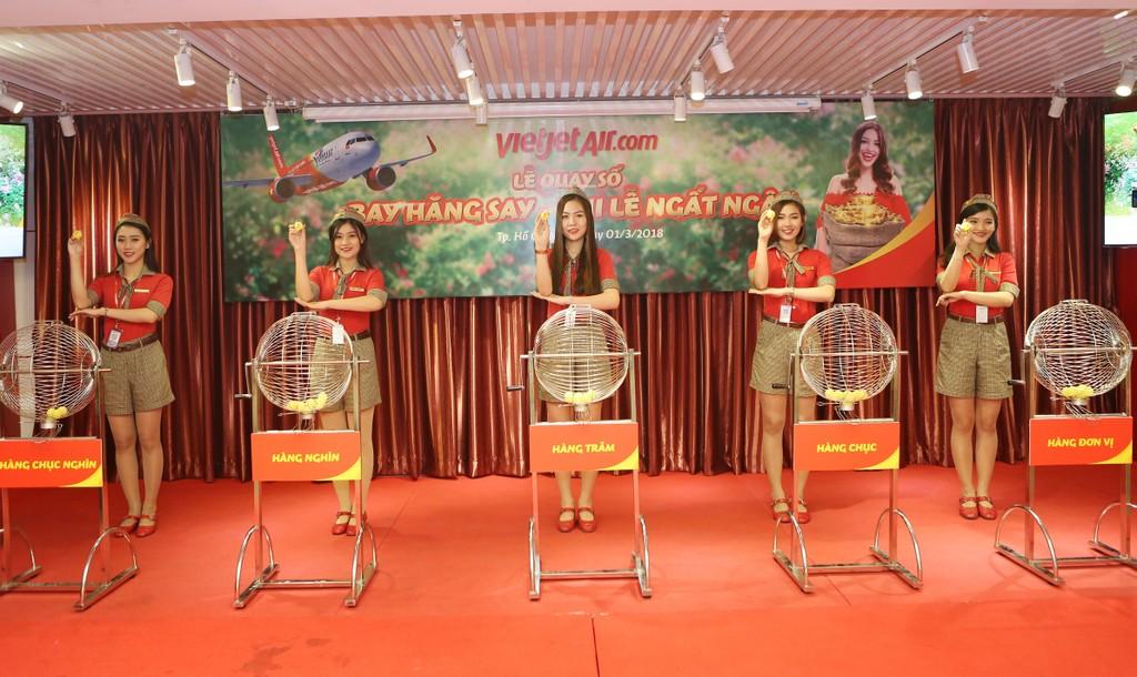 Hành khách Nguyễn Hồng Quang trúng thưởng 100 triệu đồng cùng Vietjet