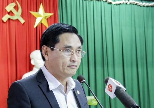 Phó chánh Văn phòng UBND thành phố Đà Nẵng đọc thông báo chủ trương dừng hoạt động hai nhà máy. Ảnh: Đ.X.