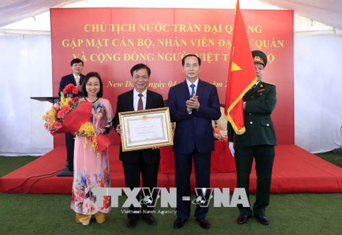 Chủ tịch nước Trần Đại Quang trao Huân chương Lao động hạng Nhì cho Đại sứ quán Việt Nam tại Ấn Độ. Ảnh: TTXVN