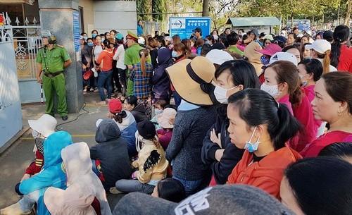 """Gần 2.000 công nhân đang lo lắng về quyền lợi của mình sau khi bị chủ người Hàn Quốc """"bỏ rơi""""."""