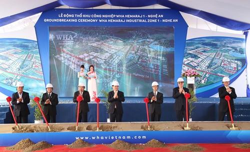 Phó Thủ tướng Vương Đình Huệ (người đứng giữa) cùng lãnh đạo tỉnh Nghệ An và Tập đoàn Hemaraj tại lễ động thổ dự án. Ảnh: VGP