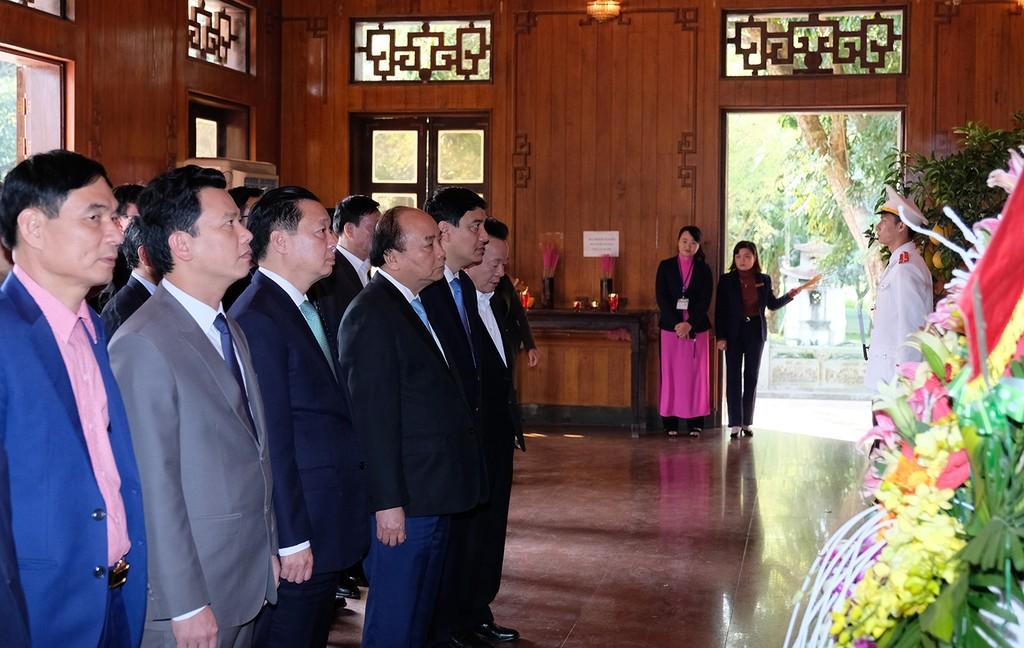 Thủ tướng và đoàn công tác Chính phủ dâng hương tưởng nhớ Chủ tịch Hồ Chí Minh tại Khu di tích quốc gia đặc biệt Kim Liên, huyện Nam Đàn. Ảnh: VGP