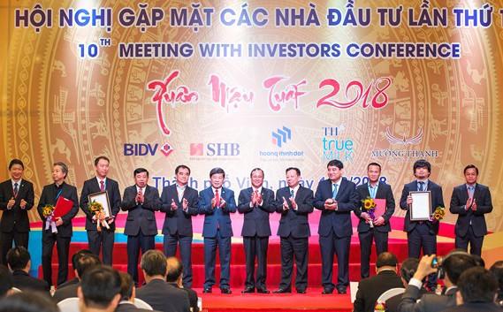 Tỉnh Nghệ An trao chứng nhận đầu tư cho các doanh nghiệp. Ảnh: VGP