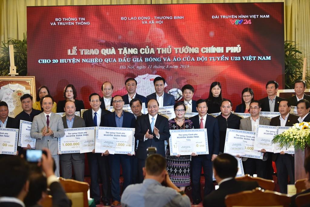 Thủ tướng trao kinh phí từ đấu giá bóng, áo của đội U23 cho 20 huyện nghèo - ảnh 2