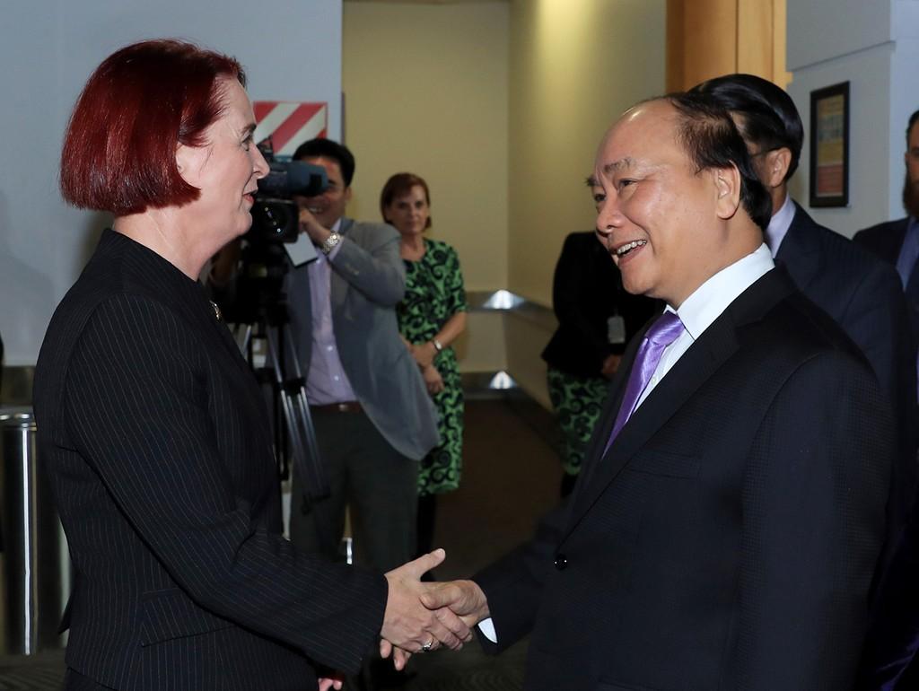 Tiến sĩ Deborah Russel, Nghị sĩ Quốc hội New Zealand đón Thủ tướng Nguyễn Xuân Phúc tại sân bay. Ảnh: VGP