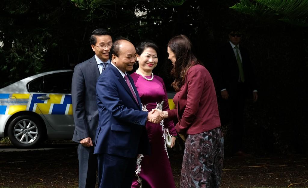 Thủ tướng New Zealand Jacinda Andern chào đón Thủ tướng Nguyễn Xuân Phúc và Phu nhân. Ảnh: VGP