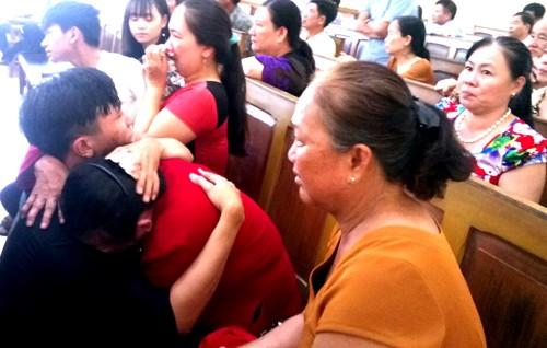 Người thân của ông Sơn ôm nhau khóc vì nghe tòa tuyên trả tự do cho cựu thanh tra.