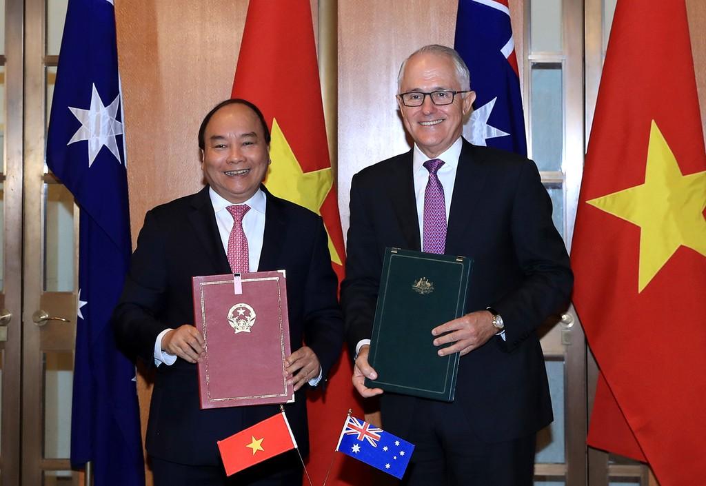 Thủ tướng Nguyễn Xuân Phúc và Thủ tướng Malcolm Turnbull ký Tuyên bố chung về thiết lập quan hệ Đối tác chiến lược giữa Chính phủ Việt Nam và Australia. Ảnh: VGP