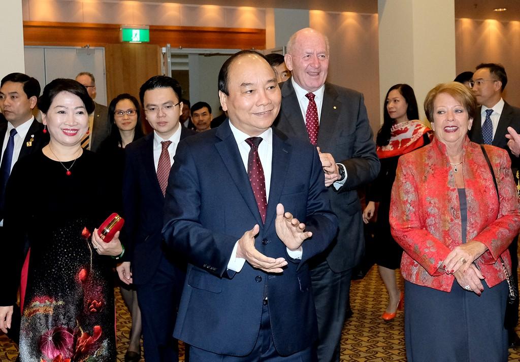 Thủ tướng Nguyễn Xuân Phúc và Phu nhân cùng Toàn quyền Australia Peter Cosgrove và Phu nhân dự tiệc tiếp tân kỷ niệm 45 năm Ngày thiết lập quan hệ Australia-Việt Nam. Ảnh: VGP