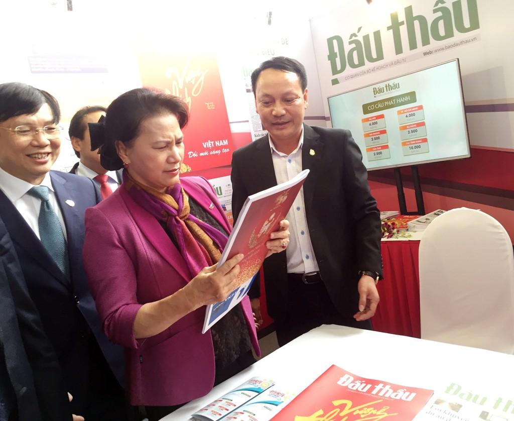 Ủy viên Bộ Chính trị - Chủ tịch Quốc hội Nguyễn Thị Kim Ngân tham quan gian trưng bày của Báo Đấu thầu. Ảnh: Vũ Anh Đức