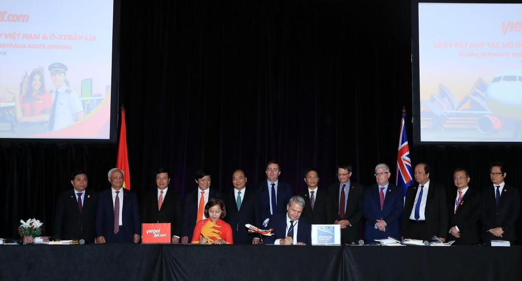 Bà Nguyễn Thị Thuý Bình, Phó tổng giám đốc Vietjet và ông Andrew Brodie, Tổng giám đốc Hàng không của Tổng công ty Cảng hàng không Brisbane (BAC) ký kết thoả thuận hợp tác mở đường bay Tp.HCM – Tp. Brisbane.