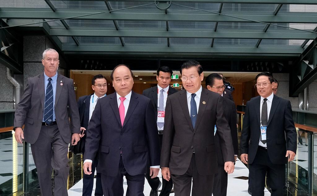 Thủ tướng Nguyễn Xuân Phúc gặp Thủ tướng CHDCND Lào Thongloun Sisoulith. Ảnh:VGP