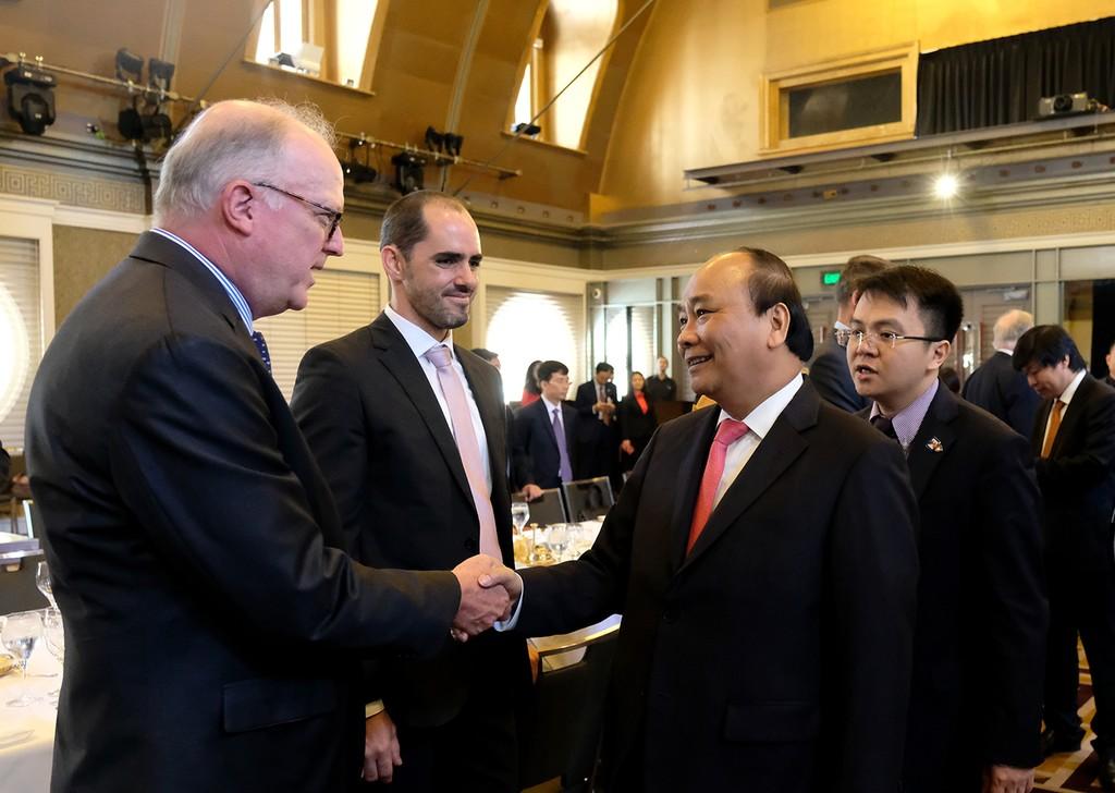 Thủ tướng trò chuyện với một số đại diện doanh nghiệp Australia. Ảnh: VGP