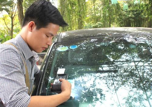 Thẻ thu phí không dừng được dán ở kính xe hoặc đèn xe.