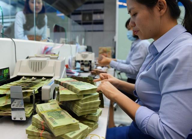 Giao dịch gửi tiền tại Eximbank - Ảnh TL