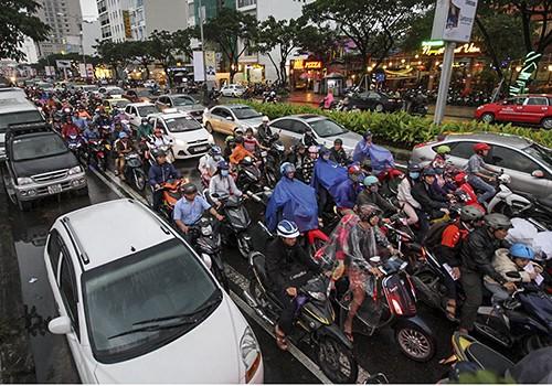 Giao thông trên đại lộ Nguyễn Văn Linh thường ùn tắc vào giờ cao điểm.