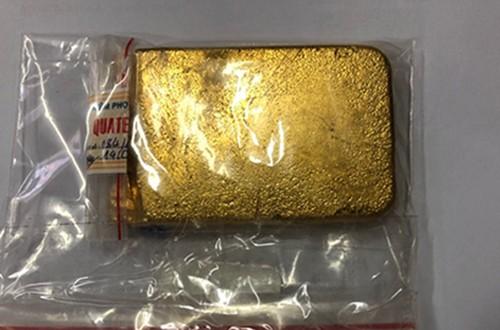 Thỏi vàng trong hành lý du khách ngoại quốc. Ảnh: Hải Quan.
