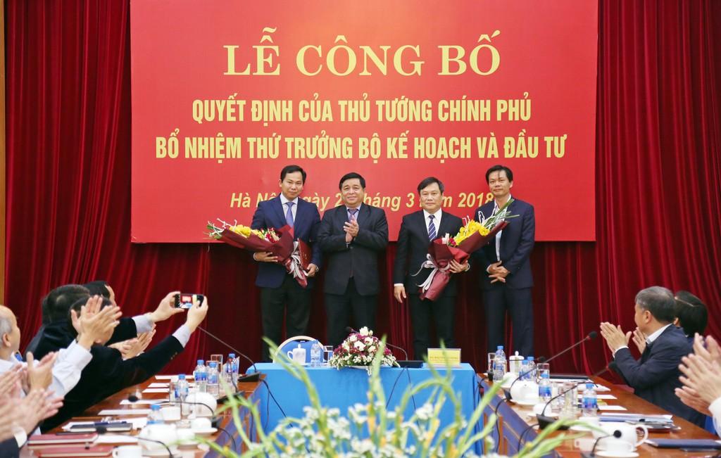 Bộ trưởng Bộ KH&ĐT Nguyễn Chí Dũng tặng hoa chúc mừng hai Thứ trưởng Vũ Đại Thắng và Lê Quang Mạnh. Ảnh: Lê Tiên