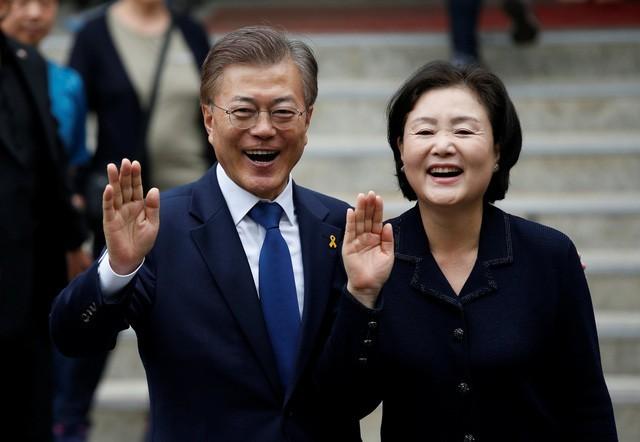 Tổng thống Hàn Quốc Moon Jae In và Đệ nhất phu nhân Kim Jung Sook (Ảnh: Reuters)