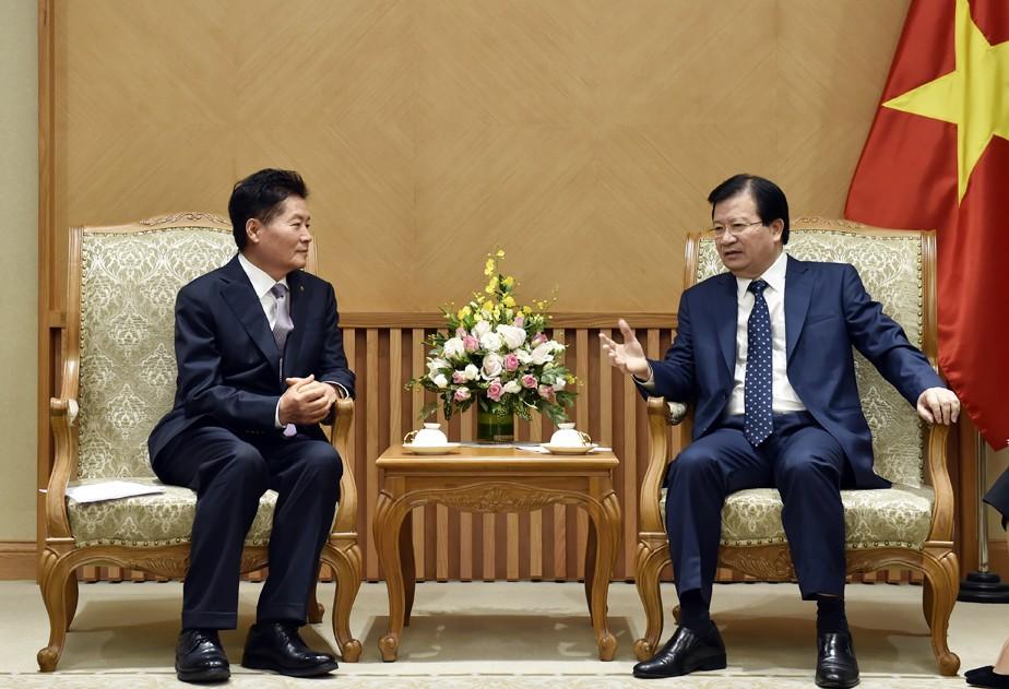 Phó Thủ tướng Trịnh Đình Dũng và Chủ tịch Liên đoàn quốc gia Hợp tác xã nông nghiệp Hàn Quốc Kim Byeong - Ảnh: VGP
